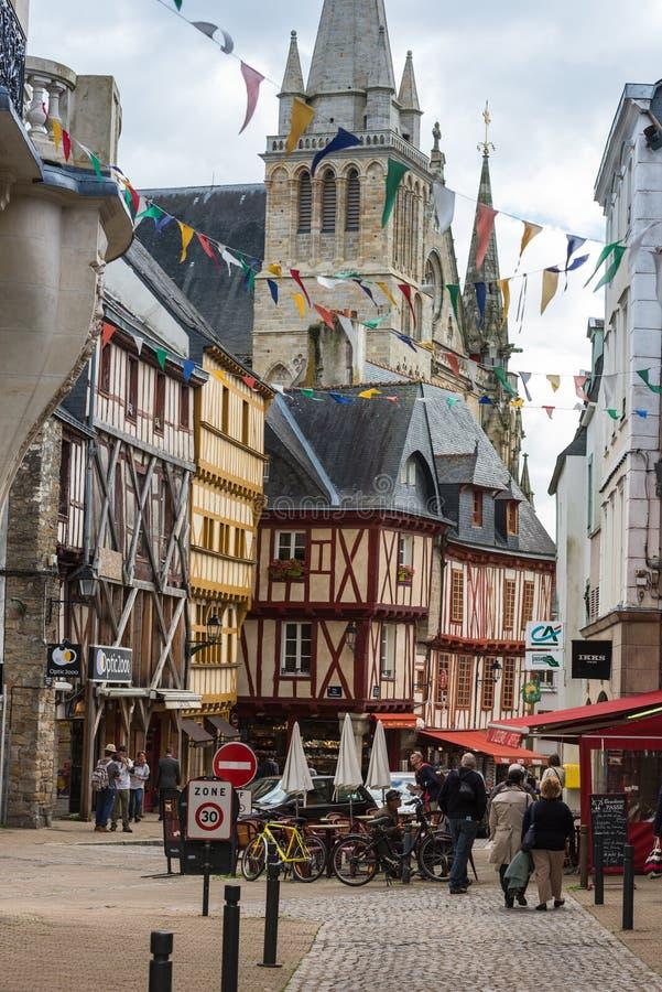 Rue avec les maisons colorées dans une ville médiévale de Vannes, France image libre de droits