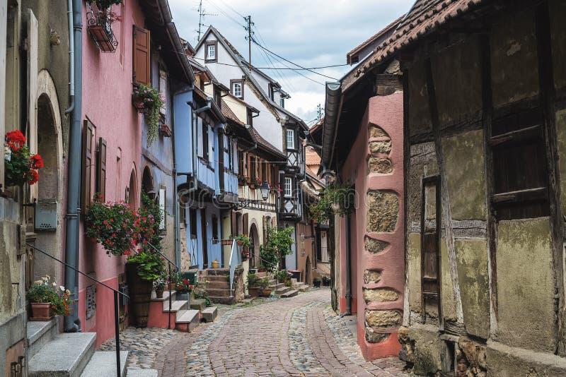 Rue avec les maisons médiévales à colombage dedans image libre de droits