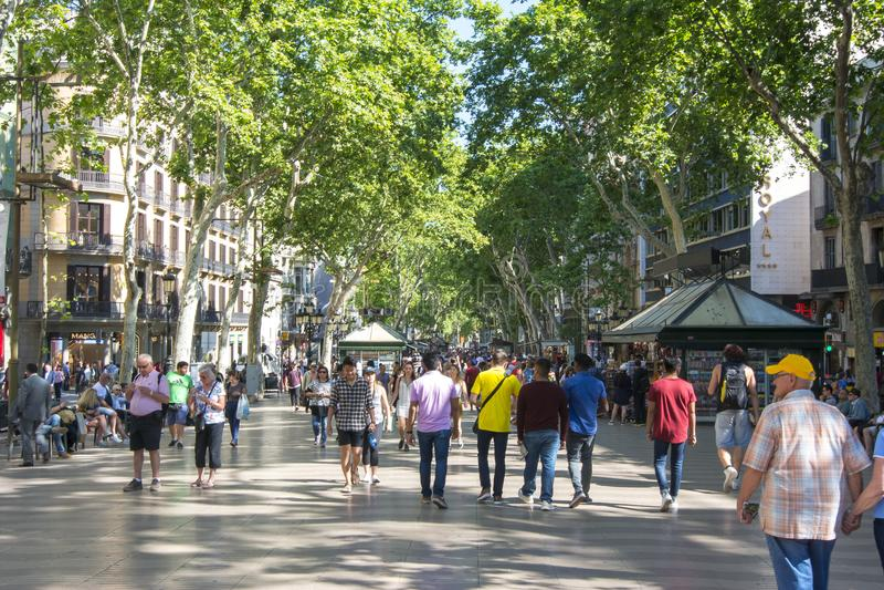 Rue centrale de Rambla de La de Barcelone, Espagne photo libre de droits