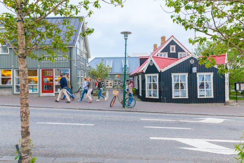 Rue centrale de Reykjavik avec la vue au centre de touristes photographie stock