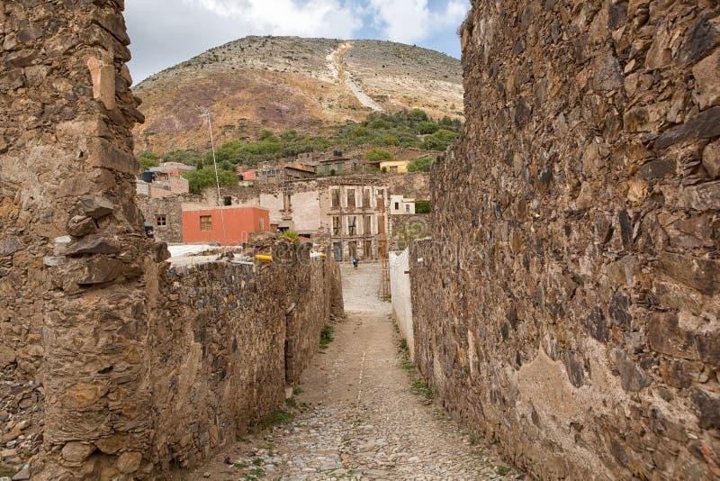 Rue coloniale étroite chez Real de Catorce, Mexique image stock