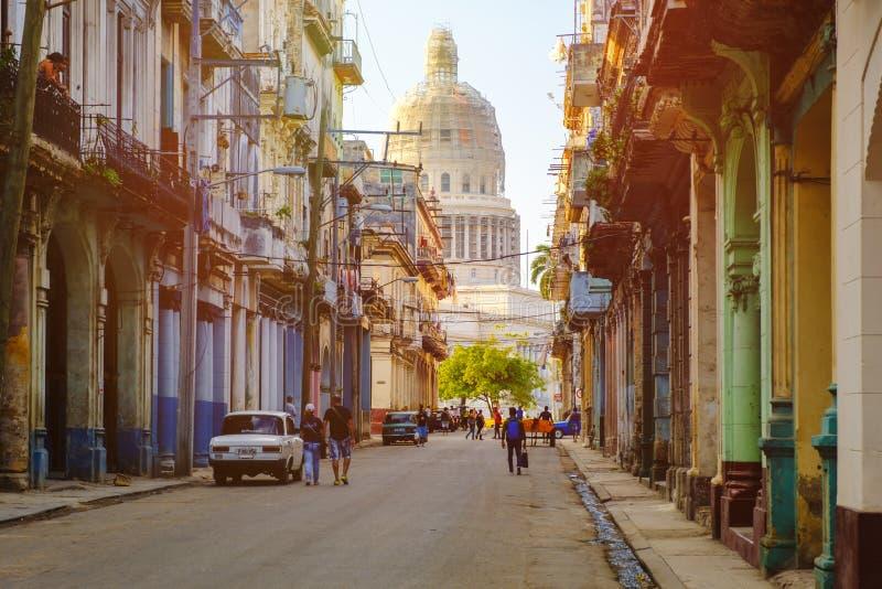 Rue colorée à vieille La Havane au coucher du soleil avec le bâtiment de capitol photographie stock