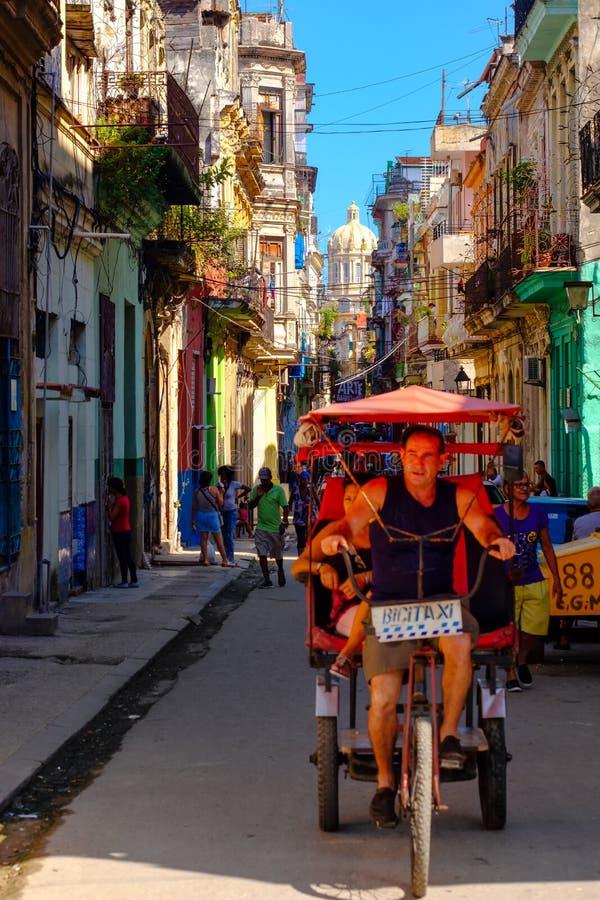 Rue colorée à vieille La Havane avec le palais présidentiel sur le fond photographie stock libre de droits