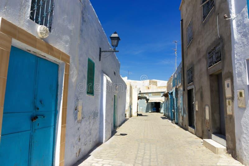 Rue colorée dans Kairouan, Tunisie photo libre de droits