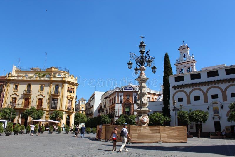 Rue colorée dans la vieille ville de Séville en Andalousie, Espagne photos libres de droits