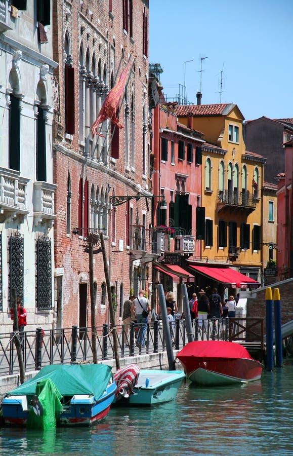 Rue colorée intéressante en Venetia photos stock