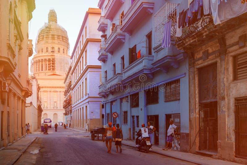 Rue color?e ? vieille La Havane avec le b?timent de capitol photo stock
