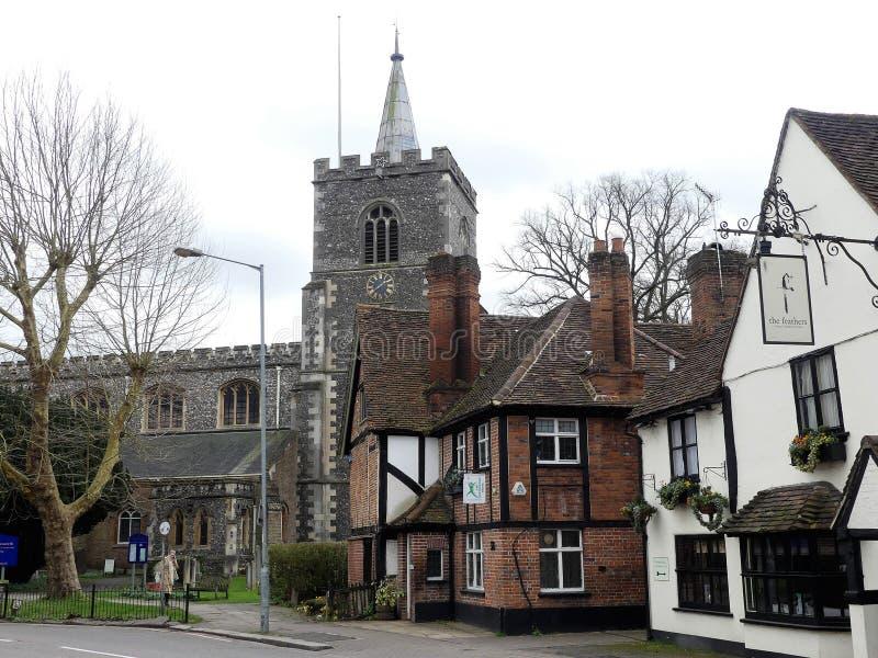 Rue d'église, Rickmansworth comprenant l'église de St Mary, la Chambre Osteopathic et la taverne de plumes images libres de droits