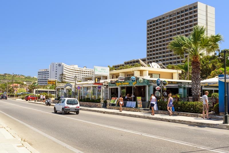 Rue d'été avec des touristes sur l'île de Rhodes photo stock
