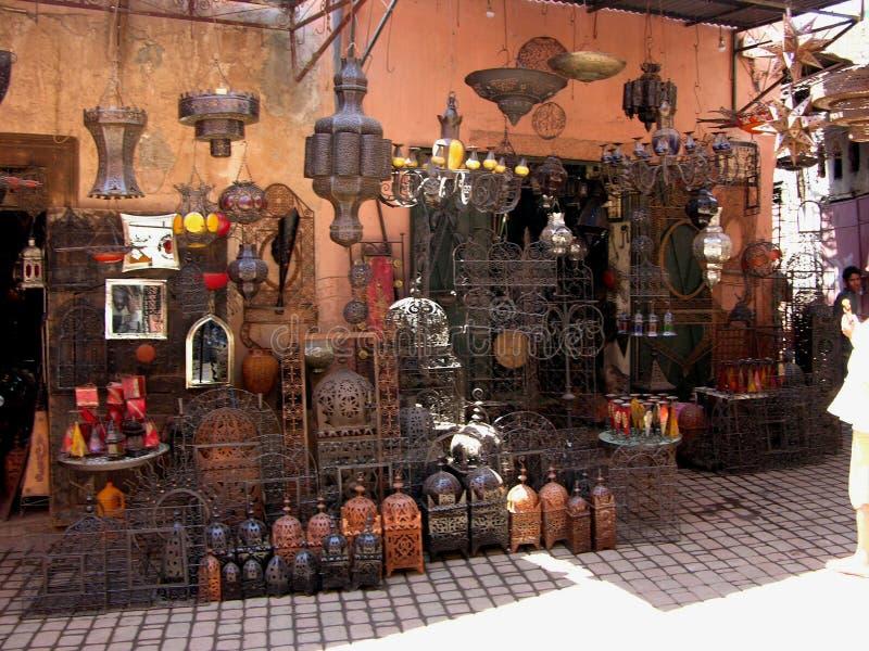 Rue d'achats à Marrakech avec une boutique de métal ouvré images stock