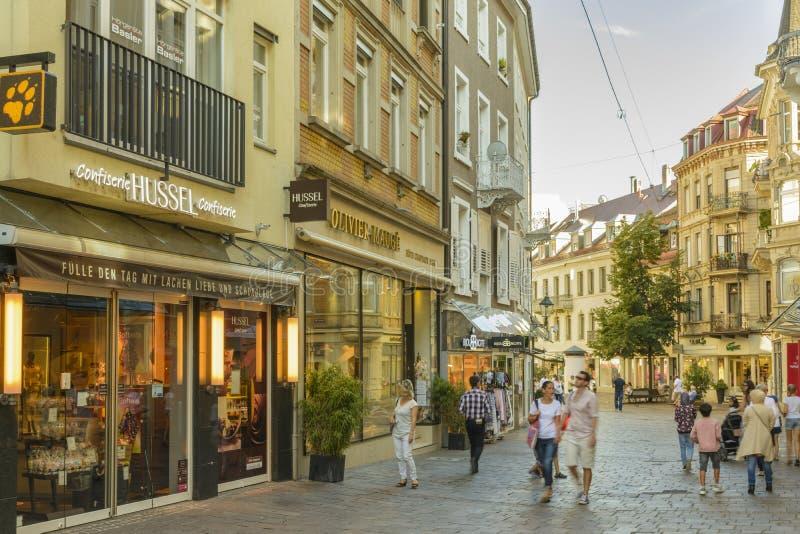 Rue d'achats au centre historique de Baden Baden photos libres de droits