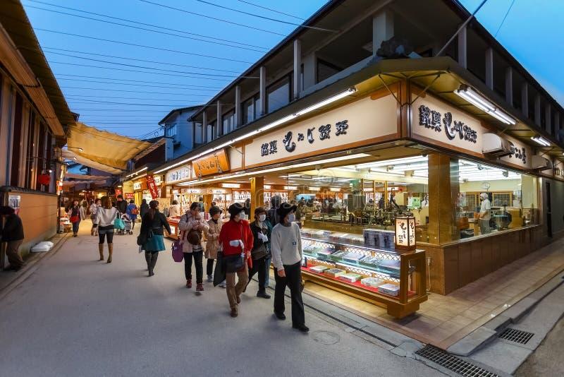 Rue d'achats d'Omotesando à Miyajima photos libres de droits