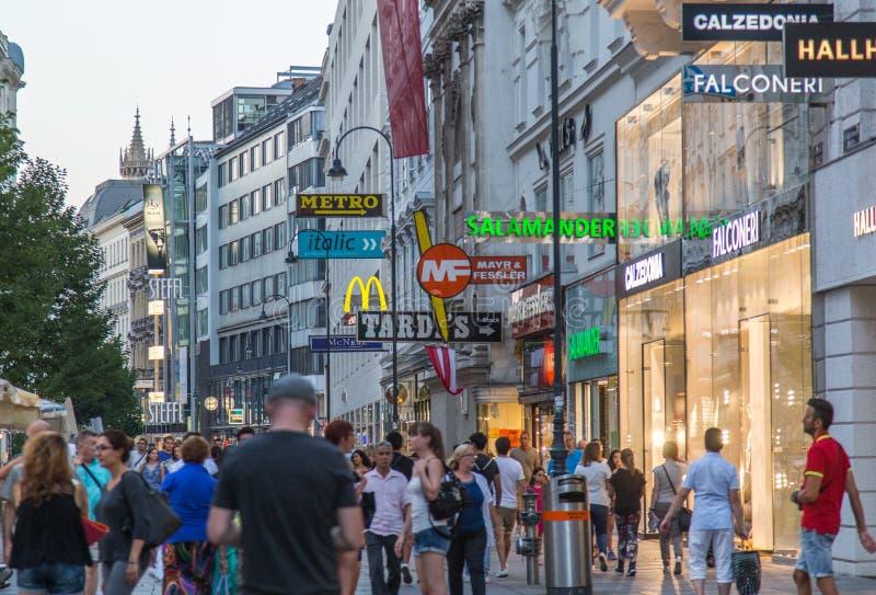 Rue d'achats de Mariahilfer Strasse image stock