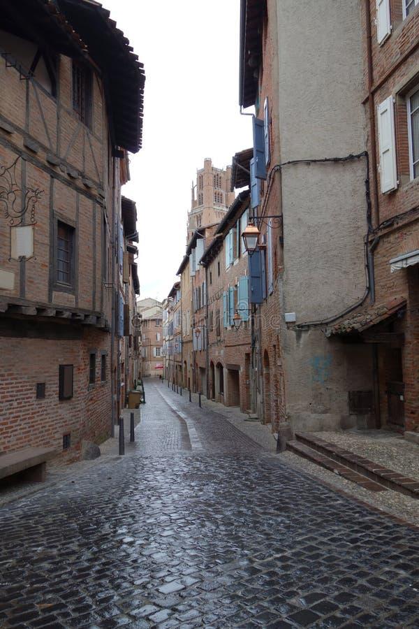 Rue d'Albi dans un jour pluvieux image stock