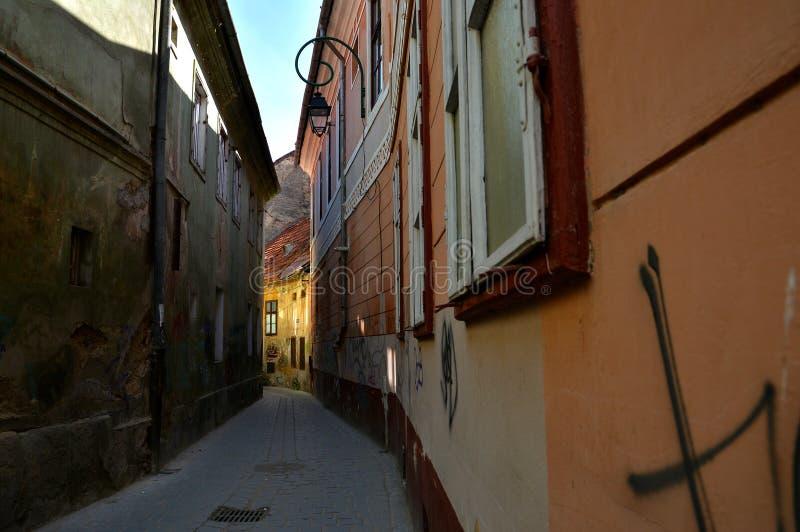 Rue d'Alecu Russo en Brasov, Roumanie photographie stock libre de droits