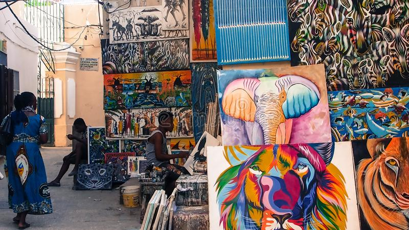 Rue d'allée de Stonetown, Zanzibar avec l'illustration à vendre sur l'affichage image stock