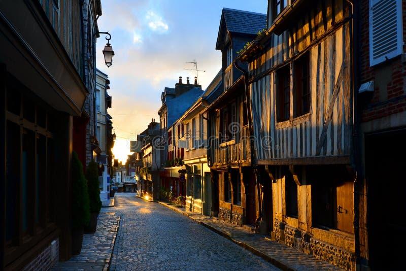 Rue dans Honfleur, Normandie, France au lever de soleil images stock