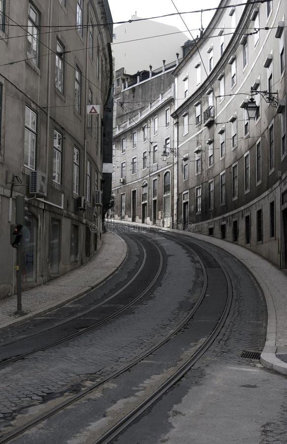 Rue dans la piste de Lisbon.Tramway photographie stock