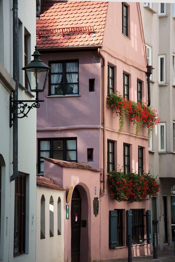 Rue dans la vieille partie d'Augsbourg photographie stock libre de droits