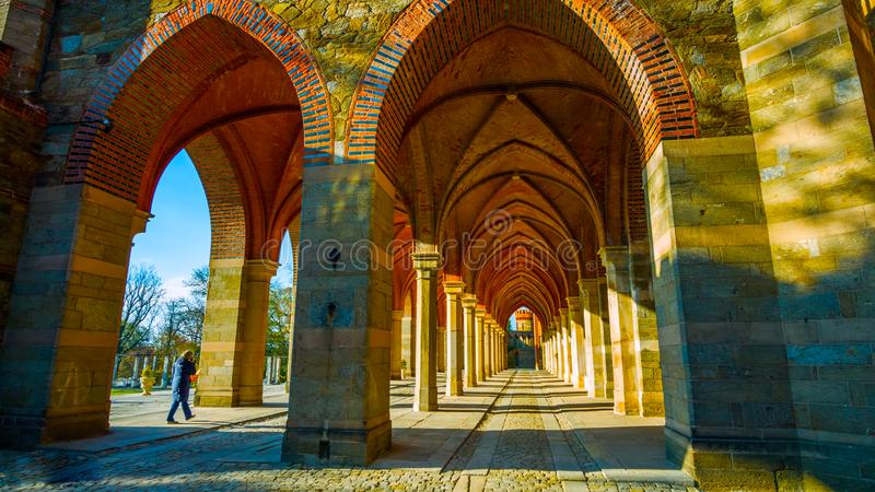 Rue dans la vieille ville : Bel automne dans le jardin - Pologne du nord - avec un tunnel au milieu des montagnes - avec un corr image stock