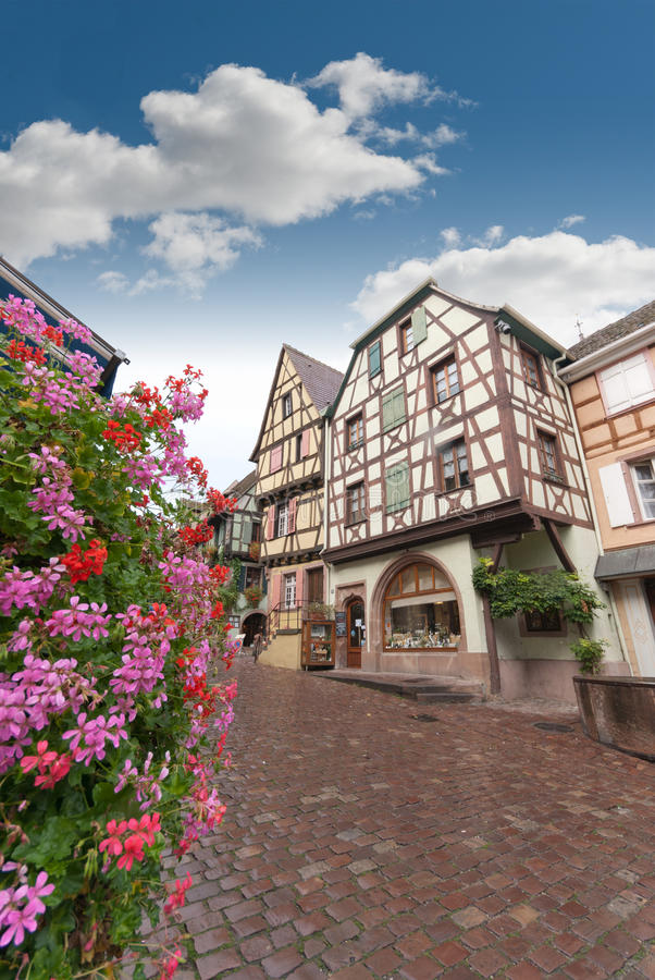 Rue dans la vieille ville d'Alsace, Riquewihr photos stock