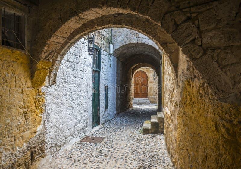 Rue dans la vieille ville de Rhodes, Grèce images libres de droits