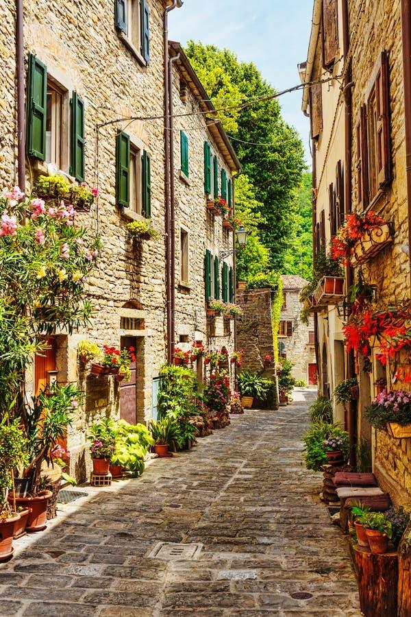 Rue dans la vieille ville en Italie photographie stock