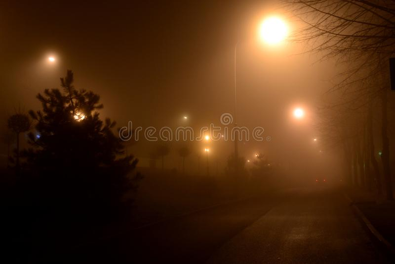 Rue dans le brouillard la nuit Pyatigorsk, Russie photo stock