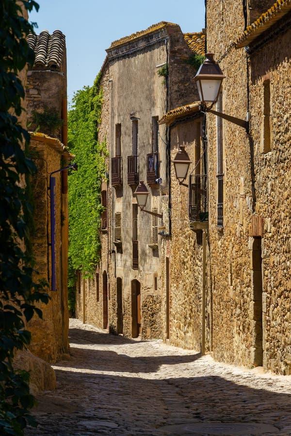 Rue dans le petit village de Catelonia photographie stock