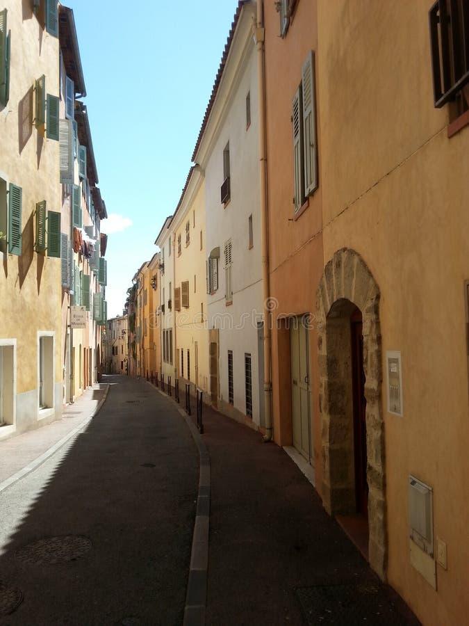Rue dans le port Grimaud, Provence, France photographie stock libre de droits