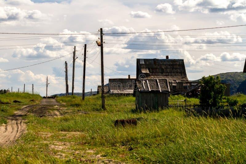 Rue dans le vieux village rural Teriberka de localité dans le secteur de Kolsky de Mourmansk Oblast, Russie photographie stock libre de droits
