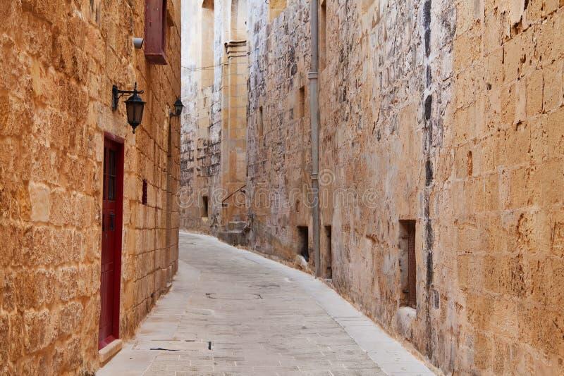 Rue dans une vieille ville européenne photos stock