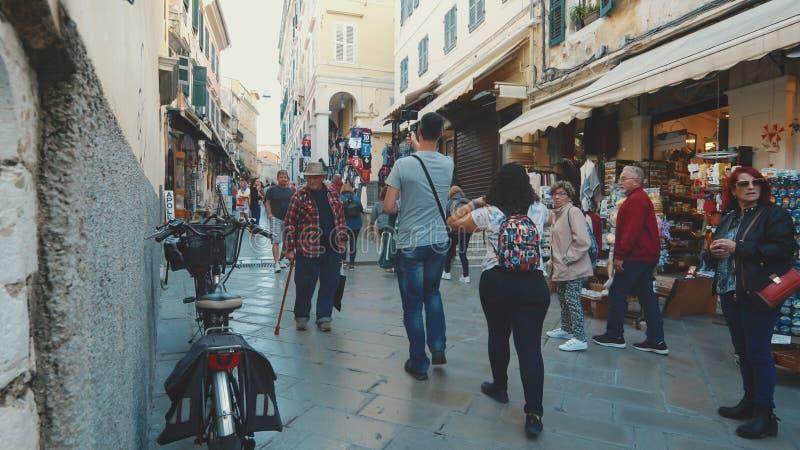 Rue de achat étroite dans la vieille ville Corfou, Grèce image stock