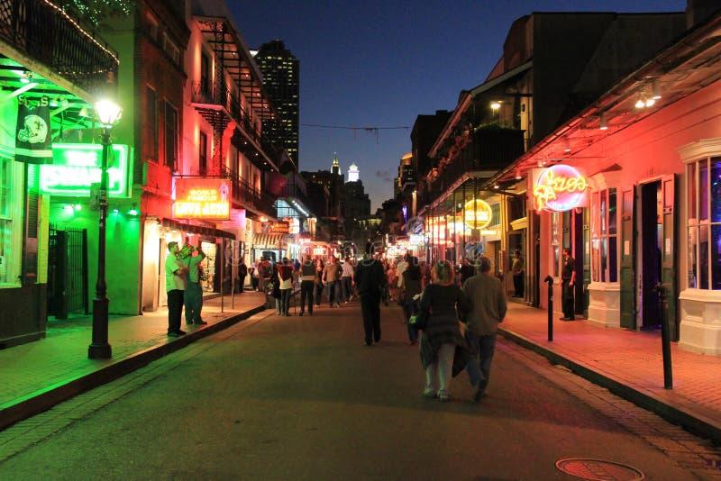 Rue de Bourbon la nuit image stock