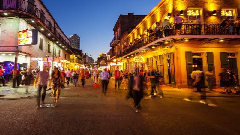 Rue de Bourbon la nuit dans le quartier français de la Nouvelle-Orléans, Lo photographie stock