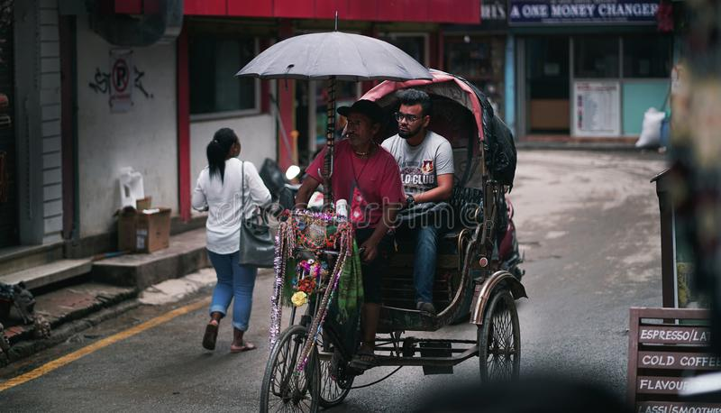 Rue de Brings Passenger Passing Thamel de conducteur de pousse-pousse photos libres de droits