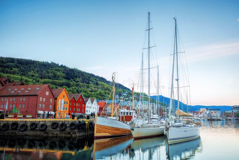 Rue de Bryggen avec des bateaux à Bergen, site de patrimoine mondial de l'UNESCO, Norvège images stock