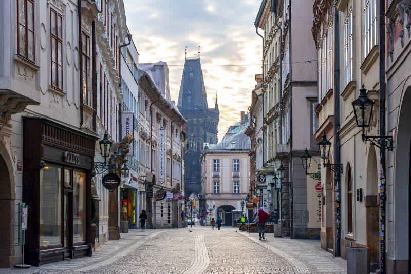 Rue de Celetna et tour de poudre, Prague, République Tchèque image stock