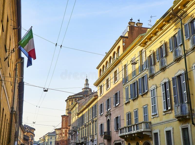 Rue de Corso Magenta avec le delle Grazie de Santa Maria de Di de basilique à l'arrière-plan Milan, Italie photographie stock