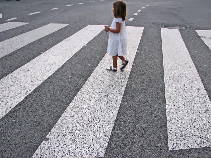 Rue de croisement de petite fille photos libres de droits