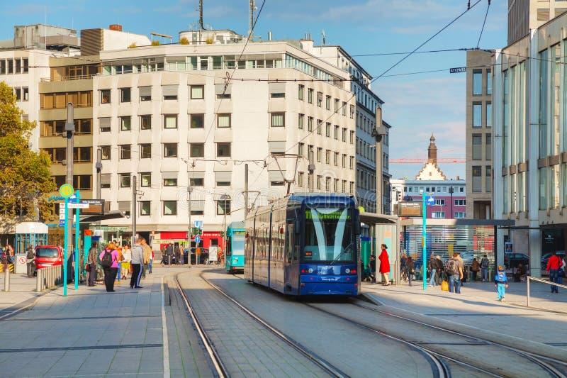 Rue de Francfort sur Main avec un tram photo libre de droits