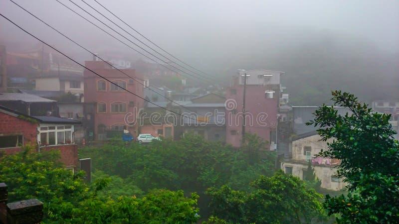 Rue de jinfun de forme de vue vieille avec la belle brume dans le jour pluvieux photographie stock libre de droits