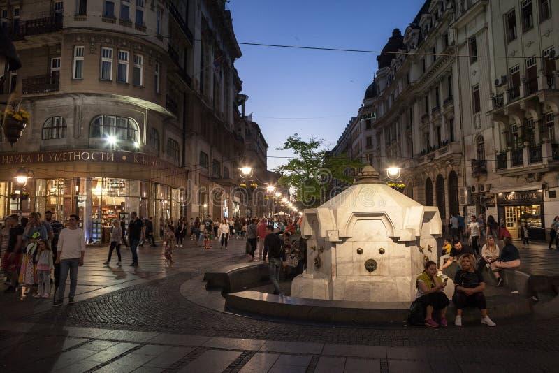 Rue de Kneza Mihailova la nuit, serré, près de la fontaine iconique de Delijska Cesma photo libre de droits