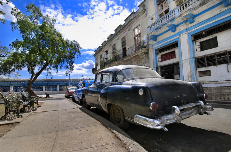 Rue de La Havane avec l'Oldtimer photo libre de droits