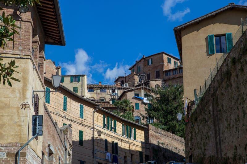 Rue de la vieille ville européenne, Sienne, Italie images stock