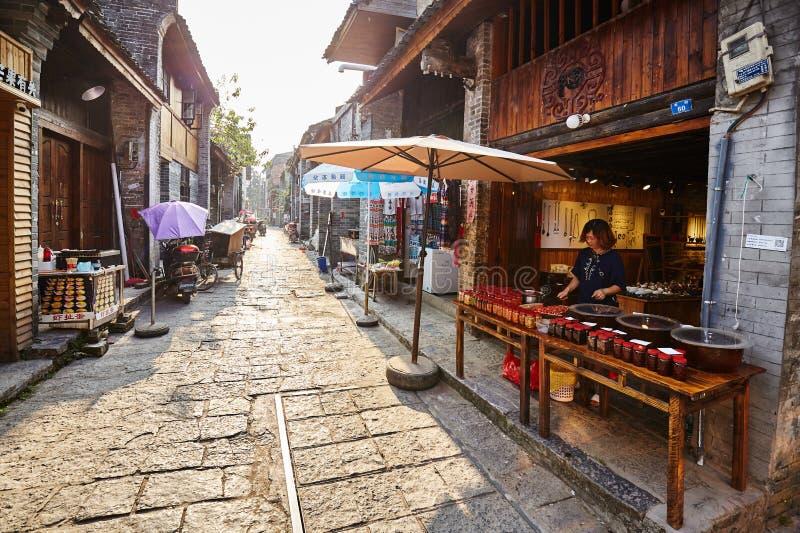 Rue de la ville antique de Xingping au coucher du soleil images libres de droits