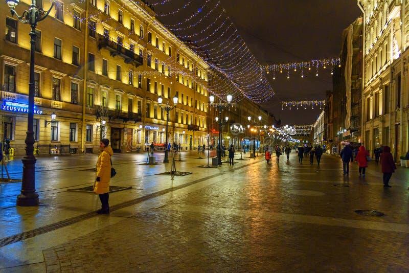 Rue de Malaya Konyushennaya avec l'illumination de Noël la nuit St Petersburg Russie image stock