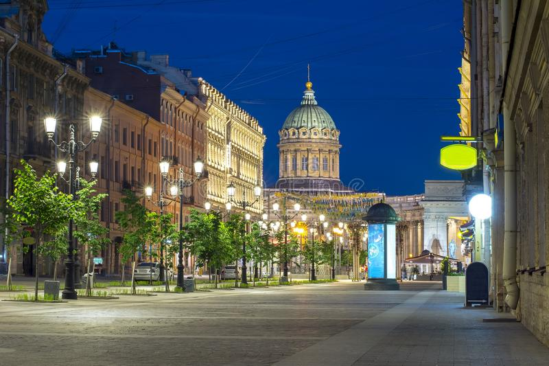 Rue de Malaya Konyushennaya et cathédrale de Kazan la nuit, St Petersbourg, Russie photos stock