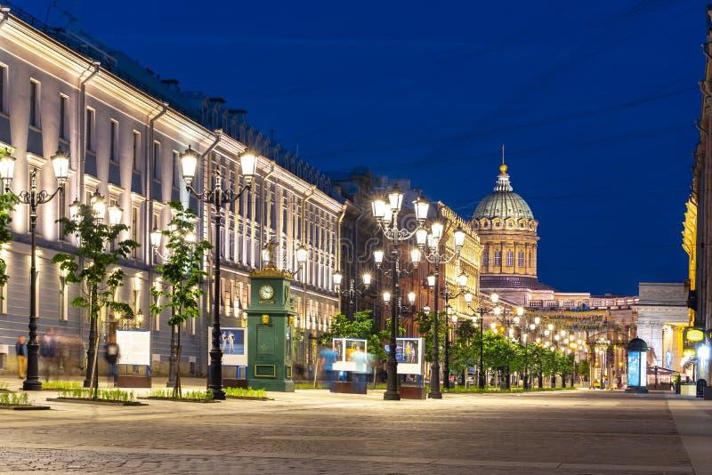 Rue de Malaya Konyushennaya et cathédrale de Kazan la nuit, St Petersbourg, Russie photos libres de droits