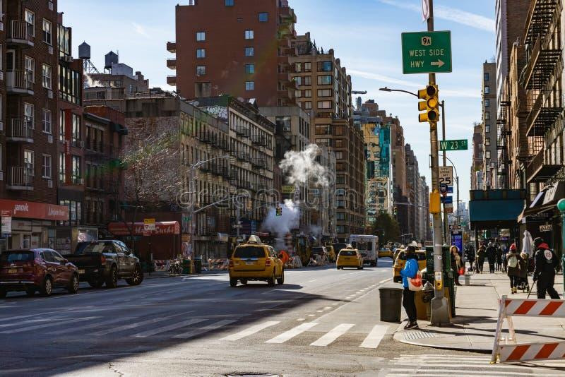 Rue de Manhattan avec de la fumée et le taxi images libres de droits